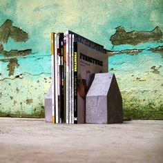 """Housing for table"""" è un oggetto di decoro della casa: può essere usato come ferma libri, come ferma porta o semplicemente per dare un immagine minimale e fresca alla propria casa. Gli oggetti sono realizzati a mano in cemento grigio, bianco o possono essere leggermente pigmentati. Dimensioni: 120mm x 70mm(spessore); 160mm altezza. Peso: 2kg ogni singolo pezzo. IL PREZZO E' RIFERITO ALLA COPPIA!! https://www.etsy.com/it/listing/275125942/bookends-housing-for-table?ref=shop_home_feat_1"""