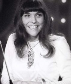 Karen Carpenter, all giddy from winning a Grammy at the 1971 Grammy Awards. You earned it, Karen, and deserved it. Richard Carpenter, Karen Carpenter, Karen Richards, Angeles, Types Of Girls, Female Singers, American Singers, Rock Music, Celebrity Crush