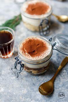 Darf's noch was Süßes für die Feiertage sein? Wie wär's denn mit einem echten Klassiker – feinstes Tiramisu mit Cashew-Mascarpone und fluffigem Biskuit!