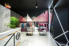 Patchwork made of various materials is consistent with the refreshed visual identifcation of BIZUU brand. Interior of the boutique, where the walls are covered with black and white carrara marble pattern, are complemented by a pink, perforated sheet metal and black, contrastive edges.