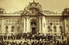 Inauguración del Museo de Bellas Artes de Santiago el 21 de setiembre de 1910, obra del arquitecto chileno-francés Émile Jéquier. La inauguración coincidió con el centenario de la independencia de Chile. Apreciad la importancia del sombrero en aquella época.