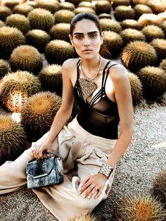 Produccion Vogue Mexico junio 2014 Los Cabos Calma desértica  Body con mini tirantes, de Suki Cohen; pantalón de Yakampot; gargantilla con dije tejido en metal y cuff, ambos de Anndra Neen; bolsa de pitón, de Salvatore Ferragamo.