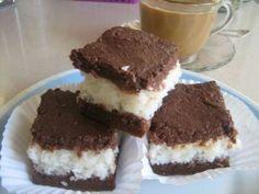 Торт «Кокос в шоколаде» Бисквит:  5 яиц  6 ст.л. сахара  3 ст.л. (с горкой) муки  1 ст.л. раст. масла  2 ст.л. какао  1/2 ч.л. разрыхлителя для теста  щепотка соли   Начинка:  200 г кокосовой стружки  1 ст. молока  3/4 ст. сахара  100 г сл. масла   Глазурь:  100 г черного шоколада (65%)  1 ст.л. кукурузного крахмала  1 пакет (250 г) сливок (32%)  2 ст.л. воды