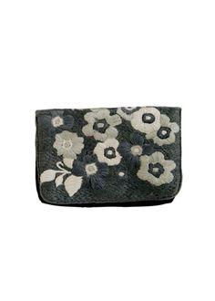 フラワー刺繍のクラッチバッグ