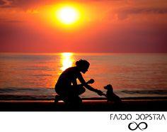 mooi vind ik het contrast tussen kleur achtergrond en de persoon met hond. warme foto
