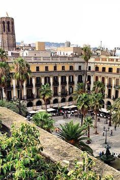 Plaça Reial (Plaza Real) bellísima plaza y de las más animadas de #Barcelona http://www.viajarabarcelona.org/lugares-para-visitar-en-barcelona/placa-reial/ #turismo #Catalunya