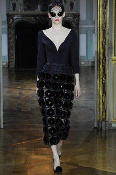 Российский дизайнер Ульяна Сергеенко в воскресенье, 5 июля, открыла показом своей коллекции Неделю Высокой моды в Париже и произвела настоящий фурор среди избалованной утонченной публики. Дизайнер представила коллекцию Haute Couture в Mona Bismark American Centre. Дом моды Ульяны Сергеенко не первый раз проводит показы в Париже, но нынешний все же стоит назвать дебютным.