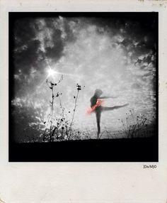 GIRO DI DANZA Chiudo gli occhi come in un giro di danza e nella mia bocca, rosso, ti tengo per la lingua, maledetta.  Tu.  Invoco un verbo che s'infiltri fra le dita, dentro, come il vento, mentre il tormento mi percorre il braccio sinistro e corre, Il sinistro e corre, nudo, senz'aria.   http://paralleluniverseinpolaroid.wordpress.com