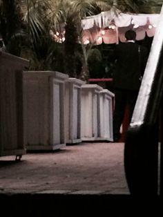 Após alguns dias sumido, Robert Pattinson voltou a aparecer ontem, dessa vez em Los Angeles. O ator esteve gravando cenas de seu novo filme, Life, no Chateau Marmont. A gente traz uma foto dele e também algumas imagens da movimentação no local.