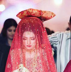 25 New ideas for indian bridal photography posts henna Pakistani Bridal Makeup, Pakistani Wedding Outfits, Indian Bridal Wear, Bridal Outfits, Bridal Dresses, Bridal Looks, Bridal Style, Bridal Photography, Photography Poses