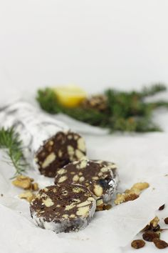 Salam de biscuiti cu rahat, stafide si nuca Deserts, Cookies, Chocolate, Recipes, Rome, Bakken, Crack Crackers, Biscuits, Recipies
