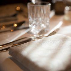 Im eleganten Stil eingerichtetes Restaurant im 4* S Hotel Bergwelt in Obergurgl. Hotel Berg, Bar, Restaurants, Tableware, Gourmet, Elegant Styles, Dinnerware, Dishes, Restaurant