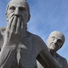 oslo   norge   frognerparken   vigelandsanlegget   monolittplatået   to gamle kvinner