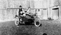 DigitaltMuseum - To voksne, tre barn og motorsykkel med sidevogn på gårdstun.