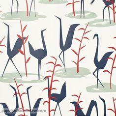 Papel Pintado Cordonne 91006, papel en blanco, azul, verde y rojo con aves caminando libremente y en diferentes direcciones a lo largo de todo el papel.