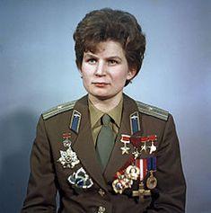 https://es.wikipedia.org/wiki/Valentina_Tereshkova Valentina Vladímirovna Tereshkova (en ruso: Валенти́на Влади́мировна Терешко́ва Máslennikovo, 6 de marzo de 1937) es una ingeniera rusa; como cosmonauta soviética, fue la primera mujer que viajó al espacio exterior1 (el 16 de junio de 1963 a bordo de la nave Vostok 6).
