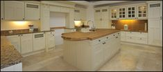 Kitchens The place to find all of your new favorite things to cook White remains the kitchen color of choice Browse photos of kitchen design and discover Furniture Projects, Wood Furniture, Kitchen Images, Kitchen Ideas, Interior Design Courses, Kitchen Showroom, Kitchen And Bath, Woodworking Plans, Kitchens Uk