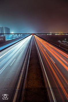 Straße bei Nacht - Zentralperspektive und symmetrischer Bildaufbau - Fotoideen und Fotografie Tipps von like-foto.de