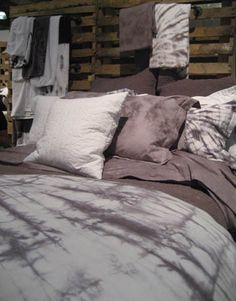 amazing tie-dye bedding. extra points for being grey! Diy Bed Sheets, Tie Dye Bedding, Bedroom Accessories, Layout, How To Dye Fabric, Dyeing Fabric, New Wall, My New Room, Decor Pillows