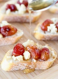 Roasted Grape, Blue Cheese, & Honey Crostini Recipe on twopeasandtheirpo. Perfect for any party! - i would substitute blue cheese for feta! Tapas, Appetizers For Party, Appetizer Recipes, Party Recipes, Nye Recipes, Grape Recipes, Bread Appetizers, Shot Recipes, Holiday Recipes