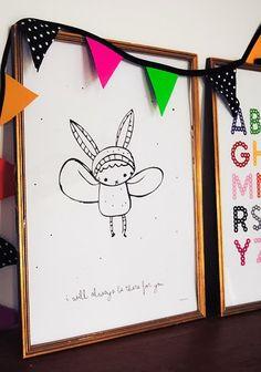 """Blog Lekkerfrisss: """"Na lang zoeken heb ik eindelijk de ontwerpers gevonden achter de print waar ik zo verliefd op ben. Het is van Little Studio, Marit Lissdaniels en Angelica Utterber zijn de namen achter dit ontwerpbureau. Ik hou van deze stijl, het is heel simpel met een zeer hoog gehalte aan schattigheid :) Dit kleine beschermengeltje is zo leuk voor op een kinderkamer! De print 'Little Angel' is te koop in hun webshop en ze bezorgen wereldwijd."""""""