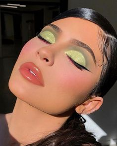 makeup inspo makeup simple eye makeup tutorial makeup base makeup at home eye makeup cause red eyes eye makeup remover oil free makeup zara Flawless Makeup, Glam Makeup, Skin Makeup, Eyeshadow Makeup, 90s Makeup, Green Eyeshadow, Makeup Set, Girls Makeup, Gorgeous Makeup