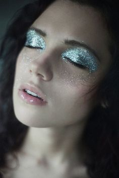 Graftobian Glitter Powder is a perfect product to complete any face painting design. Whether for stage performance or Halloween this glitter is amazing. Makeup Inspo, Makeup Art, Makeup Trends, Makeup Eyeshadow, Makeup Ideas, Makeup Tips, 50s Makeup, Runway Makeup, Makeup Geek
