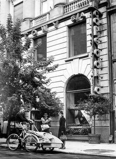 """Popularna """"Cafe Adria"""" przy ul. Moniuszki 10 podczas okupacji była lokalem """"nur für Deutsche"""" i miejscem spotkań wysokich funkcjonariuszy gestapo.  fot. 1940 r., Mieczysław Bil-Bilażewski, źr. Narodowe Archiwum Cyfrowe."""