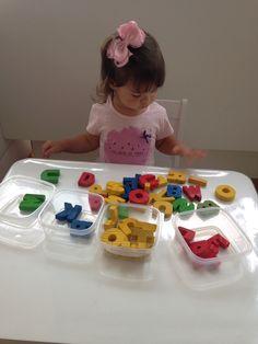 Separando as letras por cor!! Atividade montessoriana, coordenação motora grossa, coordenação olho/mão