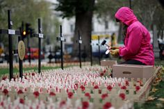 Each November the date on which ended the First World War, the British celebrate Armistice Day. The British sport a red flower in his paper clothing, specifically a poppy, in order to remember the fallen soldiers on the battlefield. The paper poppies Remembrance Day Poppy, Unanswered Prayers, Fallen Soldiers, Royal British Legion, Remember The Fallen, Armistice Day, British Traditions, Paper Clothes, British Sports