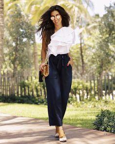 Look Luiza Sobral com camisa branca de babados, calça preta larguinha e sapatinha, perfeito para dias mais quentes.