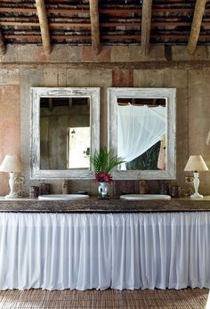 Lavabo | Ganhou ar romântico com bancada de madeira rústica de Elma Chaves, cortinas de filó e espelhos da Dat Marcenaria (Foto: Evelyn Müller / Living Inside)