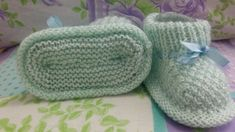 RECEITA TRICÔ FÁCIL: Sapatinho Bebê Em trico Tricot Baby, Knit Baby Booties, Bebe Baby, Crochet Bebe, Crochet Shoes, Knitting Projects, Baby Knitting, Knitted Hats, Diy And Crafts