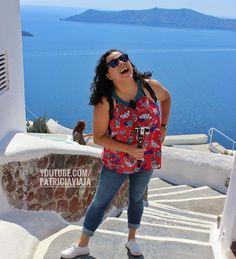 Pensa num calor? Agora multiplica por 3. Estava mais quente que isso em Santorini. Mas o vlog tem que continuar ... Vlog, Santorini, Greece, One Shoulder, Blouse, Tops, Women, Fashion, Greece Country