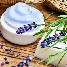 Lavendel-Creme selber machen - die unkomplizierte Feuchtigkeitspflege hilft auch gegen Entzündungen.  www.ihr-wellness-magazin.de