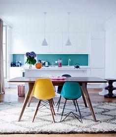 cuisine salle a manger blanche, deco bleu canard et jaune par petits accents, table en bois, facade cuisine blanche, tapis en blanc et gris
