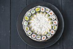 Savulohi-sushikakku. Savulohi-sushikakku on helppotekoinen ja juhlava herkkukakku, joka maistuu kaikissa juhlissa. Tyylikäs kakku kruunaa kevään ja kesän juhlat ja on mukavan ruokaisa. Acai Bowl, Decorative Plates, Breakfast, Food, Home Decor, Acai Berry Bowl, Morning Coffee, Decoration Home, Room Decor