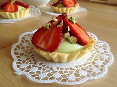 Pistachio tartlets with strawberries Egg Tart, Eclairs, Pavlova, Pistachio, Baked Goods, Strawberry, Minis, Food And Drink, Cookies