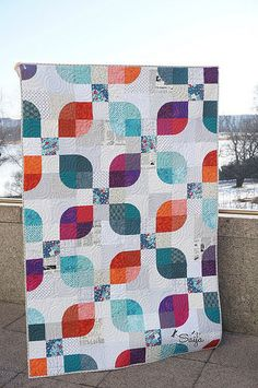 Stunning curvy blocks against a textured low volume background by Saija. This is a pattern from the book Quilter's Mixology by Angela Pingel. (Scroll down for English)