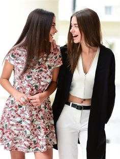 Hande Soral ve B ensu Soral Actrices Hollywood, Turkish Beauty, Arabic Makeup, Turkish Actors, My Princess, Best Actor, Actors & Actresses, Floral Tops, Cute Outfits
