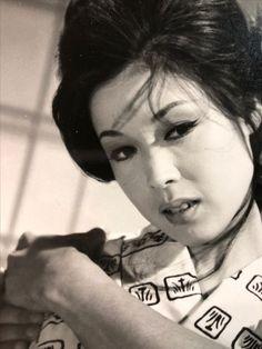 若尾文子『獣の戯れ』 Japanese Icon, Japanese Beauty, Asian Beauty, Street Fighter Movie, Classic Beauty, Movie Stars, Monochrome, Che Guevara, The Past