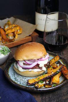 Greek Lamb Burgers with Lemon Garlic Aioli and Sweet Potato Fries Lamb Recipes, Burger Recipes, Greek Recipes, Dinner Recipes, Cooking Recipes, Lemon Garlic Aioli, Good Burger, Tasty Burger, Burger Night