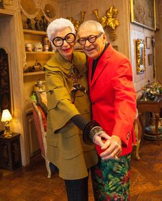 How cute are they?Iris and Carl Apfel at their Home in NYC « the selby Iris Fashion, World Of Fashion, Twiggy, Victoria Beckham, 50 Y Fabuloso, Divas, Kate Spade, Advanced Style, Aging Gracefully