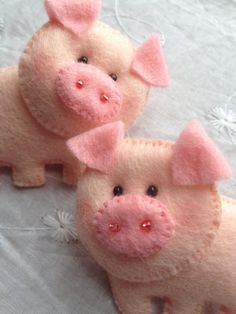 This adorable set of 2 little pigs or little cows hair clips are made of felt and attached to a 3cm barrette clip. Pigs/cows Dimensions: approx. 6,5cm across, 4,5cm tall