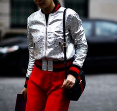 Moda uliczna na NYFW jesień-zima 2016/2017 Street style New York Fashion Week outfit metallic jacket