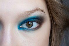 <strong>Fai così:</strong> parti dall'angolo interno dell'occhio e fuma il blu elettrico sia sulla rima superiore che inferiore.