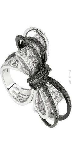 Chanel Ruban Couture ring in white gold with black and white diamonds. Bow Jewelry, Chanel Jewelry, High Jewelry, I Love Jewelry, Diamond Jewelry, Jewelry Rings, Jewelry Accessories, Jewelry Design, Fashion Jewelry