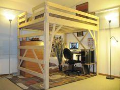 Рабочая зона, расположенная под высокой деревянной кроватью-чердаком.