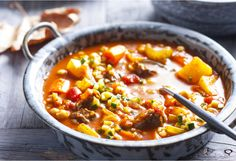 This chunky beef soup is packed with vegies and chickpeas, and seasoned with garlic, with give your kitchen a divine aroma Chuck Steak, Summer Squash, Chickpeas, Soup And Salad, Soups, Garlic, Potatoes, Weight Loss, Beef