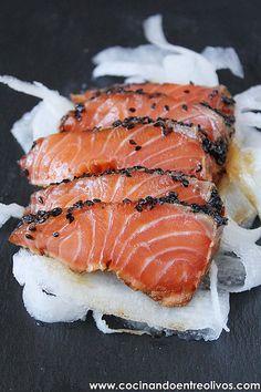 Hoy comparto con vosotros una receta deliciosa con sabor oriental, tataki de salmón en nido de nabo daikón , nos la preparó Javier Vilch...